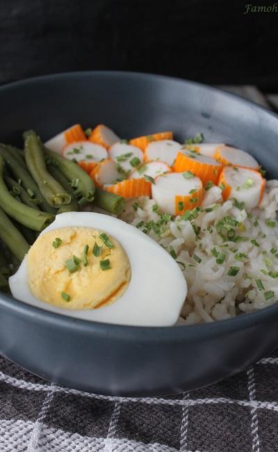 bol de riz aux haricots verts, oeuf et surimi