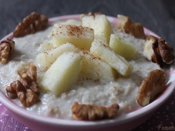 porridge au lait d'amande, pommes et noix